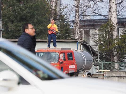 棕熊餓到闖入社區…民眾嚇壞「淩晨報警」圍捕 牠怕到「躲樹上」竟還被射擊