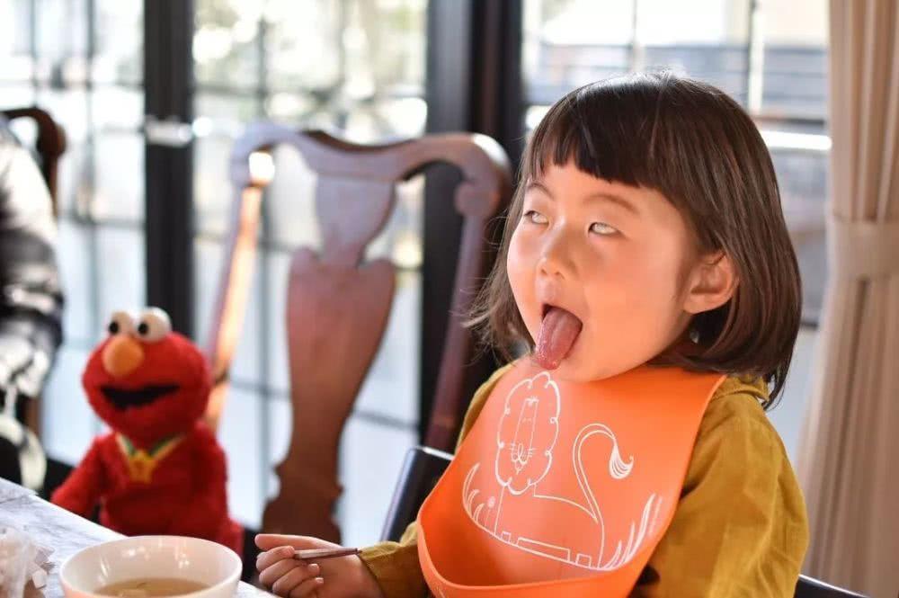 她狂拍女兒「超醜日常照」爆紅!用鼻涕「吹泡泡」還狂翻白眼 崩壞形象超吸粉