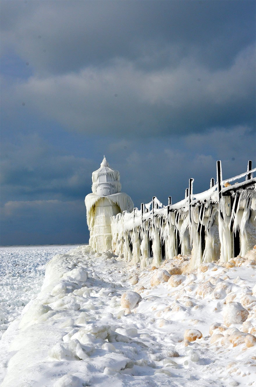 大自然的魔法!湖面因「低溫結冰」形成超夢幻奇景 根本是現實冰雪王國
