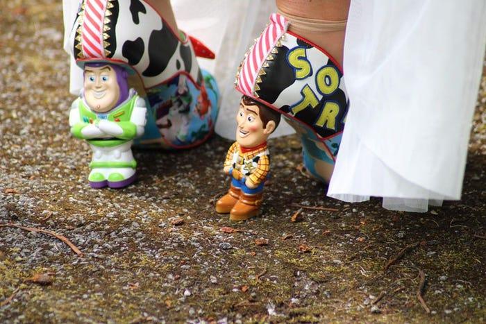 鐵粉訂「玩具總動員高跟鞋」當婚鞋 直接把「胡迪巴斯踩腳下」網看全搖頭