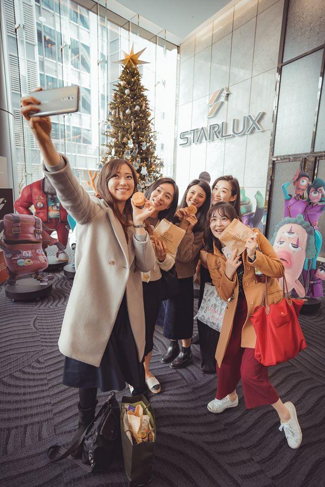 星宇辦聖誕派對「車輪餅攤搬進公司」 網歪樓「超美工作服」洗版:好想買!