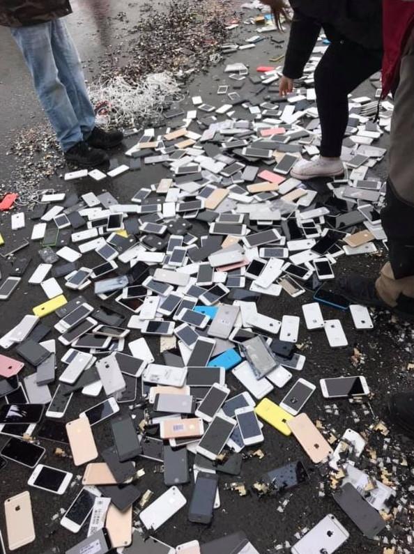 影/老闆不付資遣費!員工開起重機「碾碎3千支iPhone」嗆:不給錢就繼續
