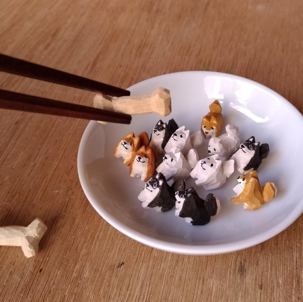 日藝術家手刻「迷你柴柴」木雕 一手可以「抓10幾隻」網笑:真豆柴!