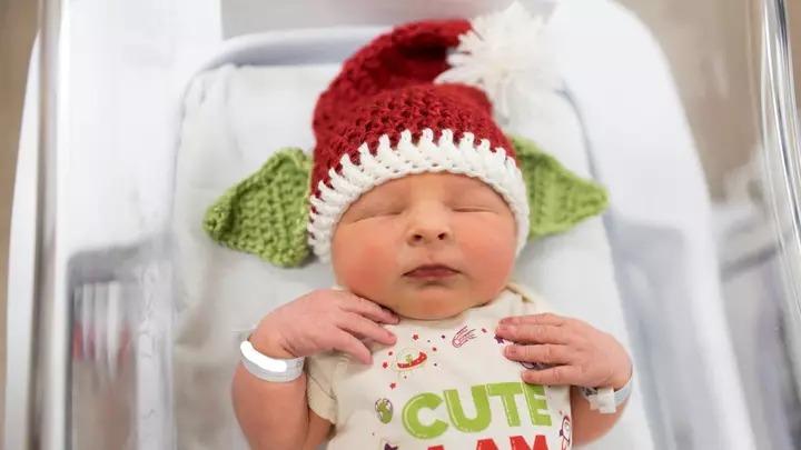 護理師幫剛出生寶寶「戴帽子」變身尤達!超Q照片引瘋傳:想騙我生小孩❤