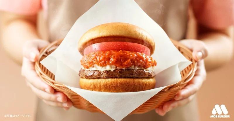 摩斯漢堡推出「肉夾肉夾肉漢堡」牛排取代麵包 一口咬「牛豬雞」全get~