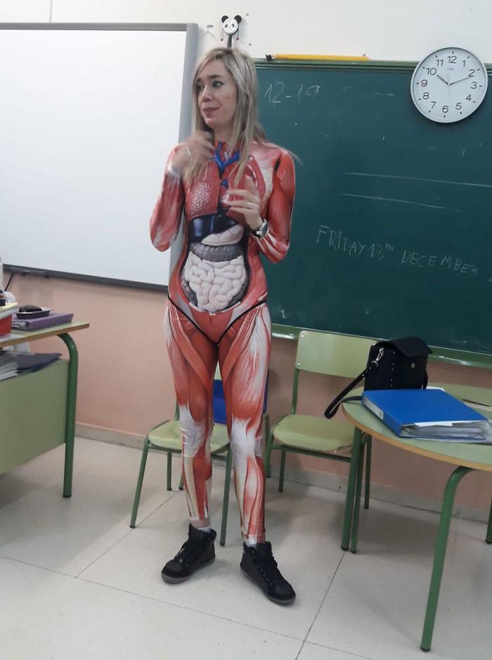 為了讓教學更有效率…女老師穿「器官透視衣」嚇呆小學生 網:好像進擊的巨人!