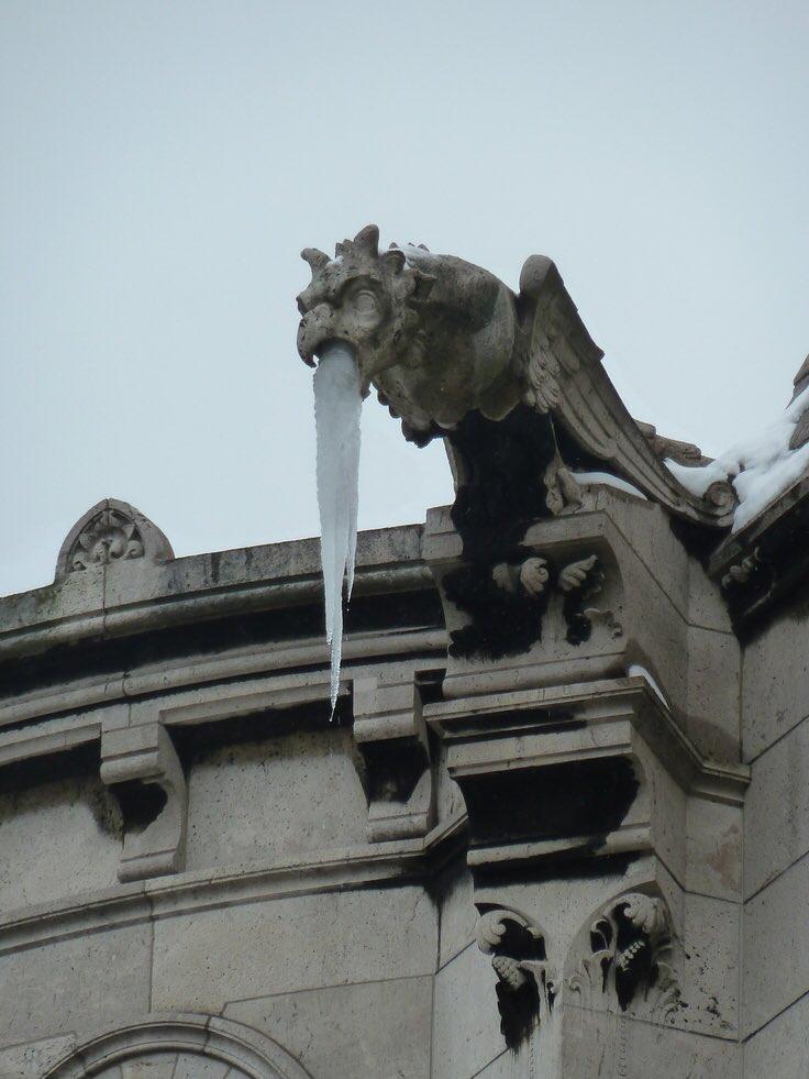 雕像結冰後「變宿醉大叔」吐翻天 神獸受不了「也跟著吐」畫面超爆笑!