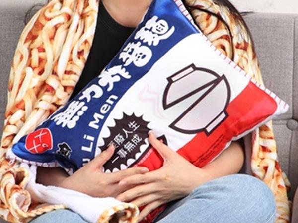 超爆笑「無力炸醬麵懶人毯」掀話題 可拆卸設計「把麵塞回去」冬天必買!