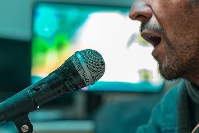 他在KTV連飆「10首高音」當麥霸 沒想到「胸口超痛」送醫發現:肺不行了