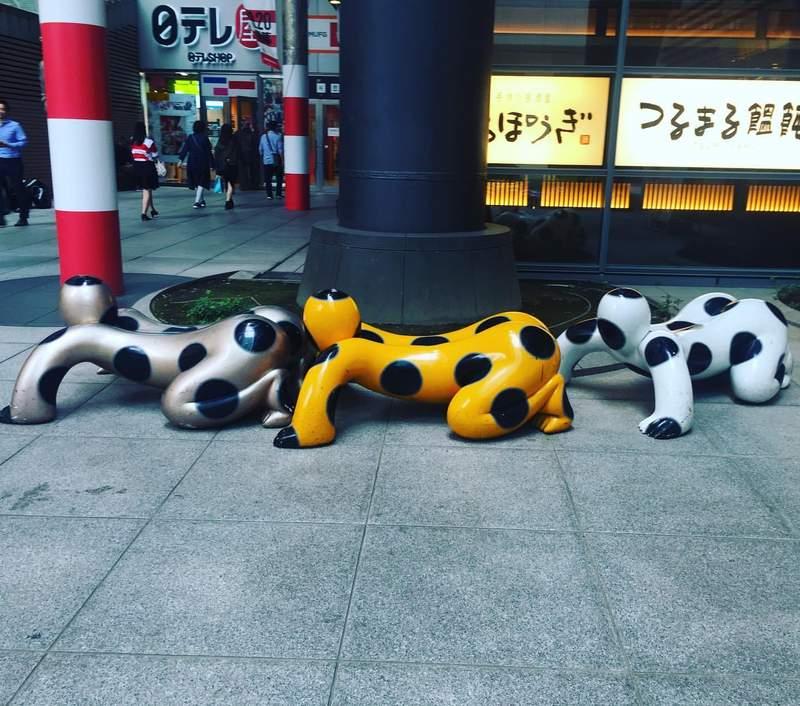 日本電視台「超獵奇裝置藝術」被瘋傳 雕像「前後緊貼」就像人形蜈蚣!