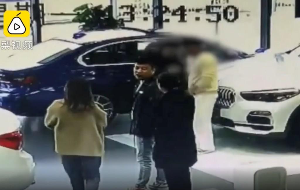 天兵男「用鑰匙刮花新寶馬」逼爸買單 老爸不付錢...警察直接把媽寶逮捕
