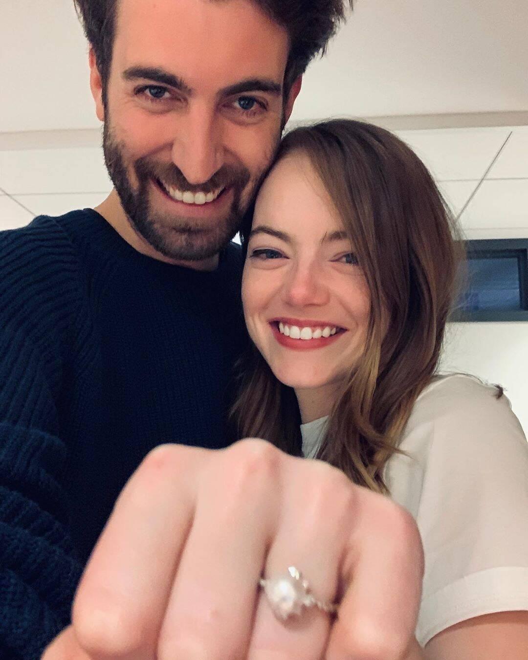 艾瑪史東訂婚了!她嬌羞靠「製作人男友」懷裡 交往2年「曬鑽戒」粉絲祝福❤