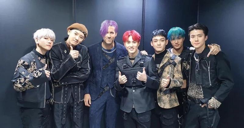 萊恩雷諾斯赴韓宣傳《鬼影特攻》 合照EXO「整頭紫髮」粉絲笑翻:新成員!