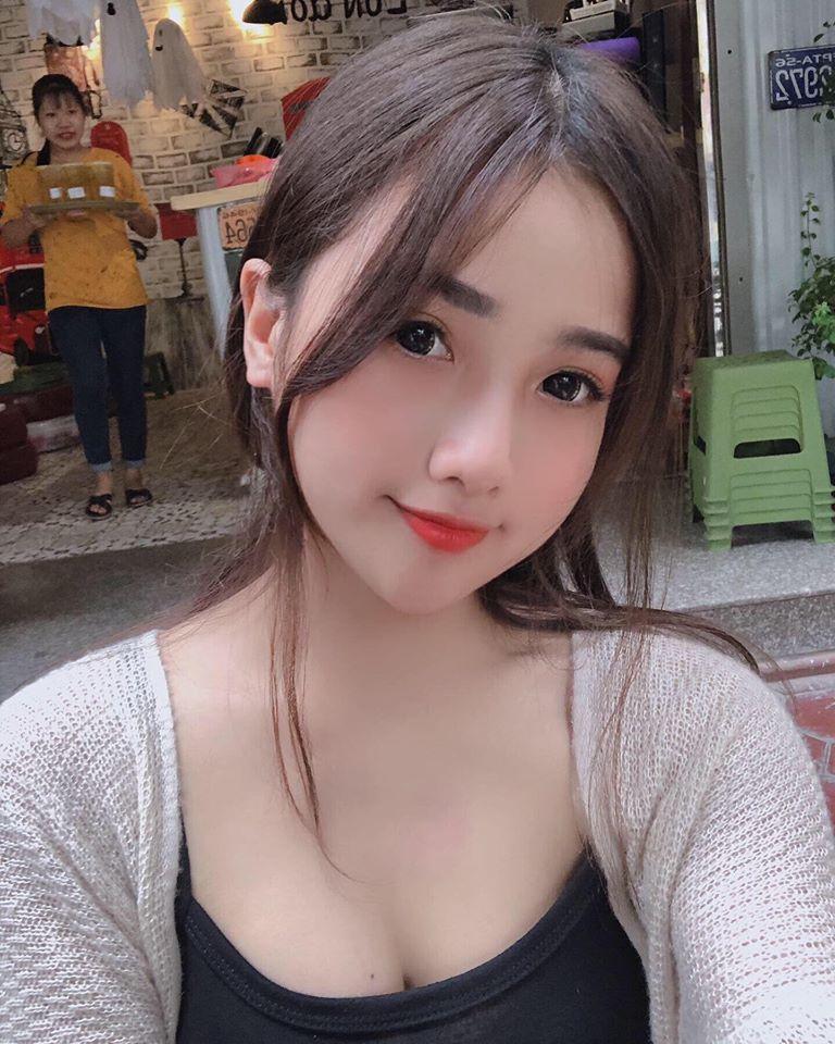 越南正妹「超兇制服照」爆紅 她穿上「傳統貼身白旗袍」身材好到不科學❤