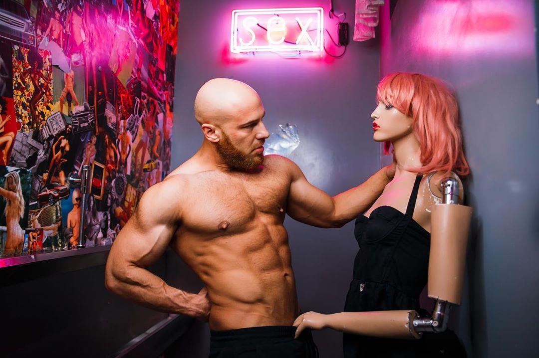 健身教練「跟娃娃交往」到處約會 IG狂發閃照「相愛8個月」準備結婚!