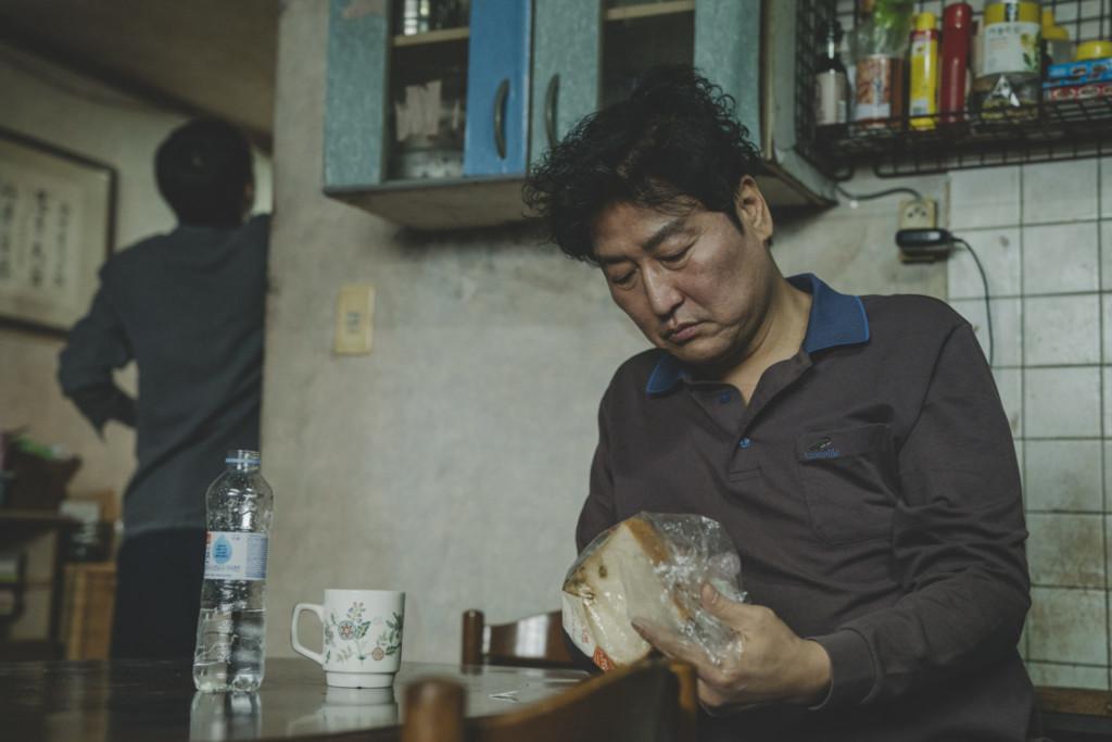 《寄生上流》奪金球獎「破韓國記錄」 連布萊德彼特都被「影帝」迷倒!