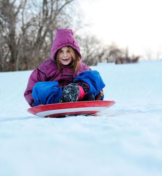 影/鋼鐵人女兒用「美隊盾牌」滑雪 網比對「電影情節」秒爆淚:現實彩蛋QQ