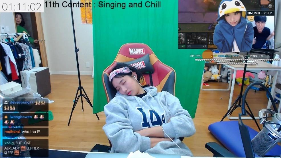企鵝妹「直播24小時」不小心睡着 被媽媽叫醒「一臉呆萌樣」超可愛❤