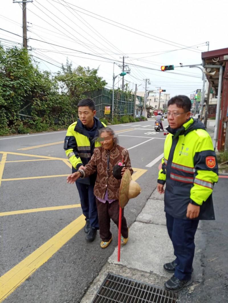 97歲老婦獨買年貨累垮「低溫天蹲路邊」 暖警「霸氣揹起」準備薑湯載回家