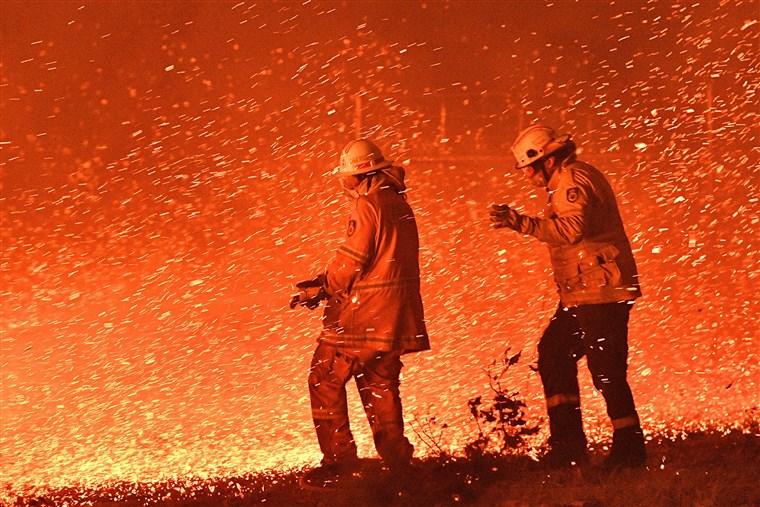 消防員「一天12小時」搶救野火 最後累倒「睡在草坪」畫面曝光…全網心碎