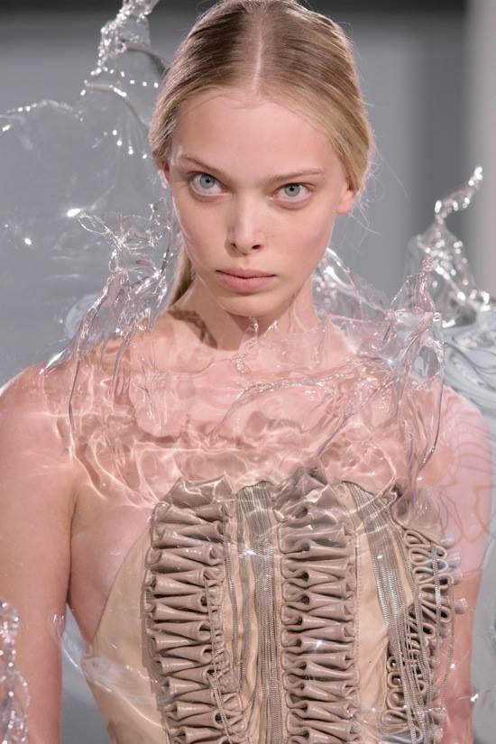 時尚秀驚見「潑水裝」!衣服自帶「逼真水柱特效」模樣超獵奇...