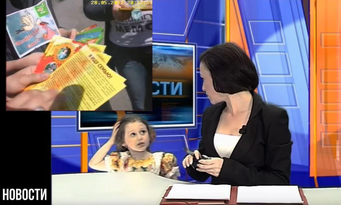 影/主播新聞播報一半「女兒突然入鏡」 天真提醒「手機有訊息」觀眾笑翻!