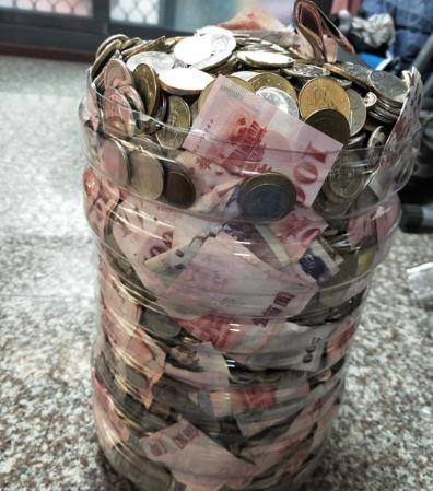 狂男用水桶存錢…2年後「收成15萬」全網羡慕 一字排開「鈔票厚度」太驚人