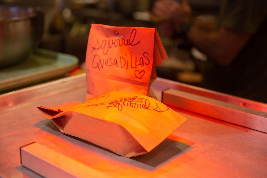 松鼠專用「墨西哥捲餅」店開幕!盛大剪綵儀式結束後 小客人馬上可愛光臨❤
