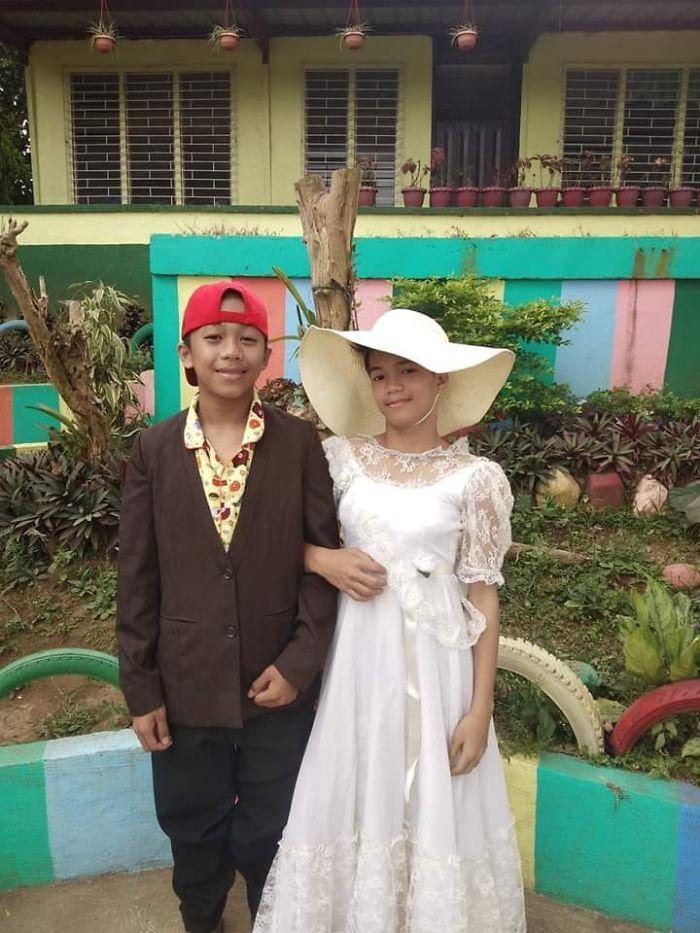菲律賓火山災民搶穿「不合身衣服」苦中作樂 男童「完美駕馭女裝」超可愛!