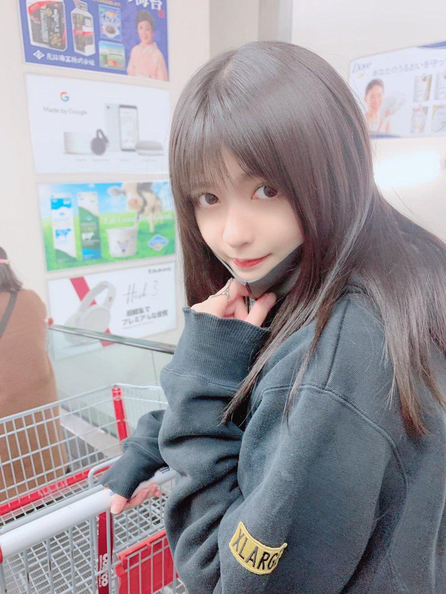 日本美少女「時尚穿搭」嚇壞網友 大賣場「褲子脫一半」本人還超滿意!