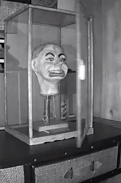 影/他把「二戰娃娃帶回家」卻發生詭異事件 偷裝攝像機拍到「門打開」發毛畫面