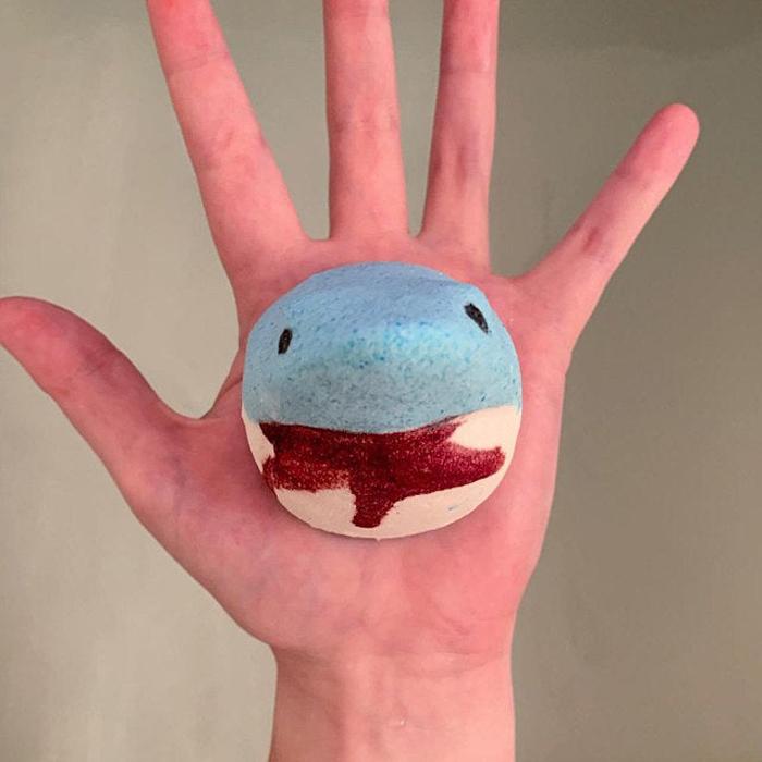 鯊魚迷必買!國外推「血盆大口」鯊魚沐浴球 放進浴缸「一秒變色」嚇壞小孩
