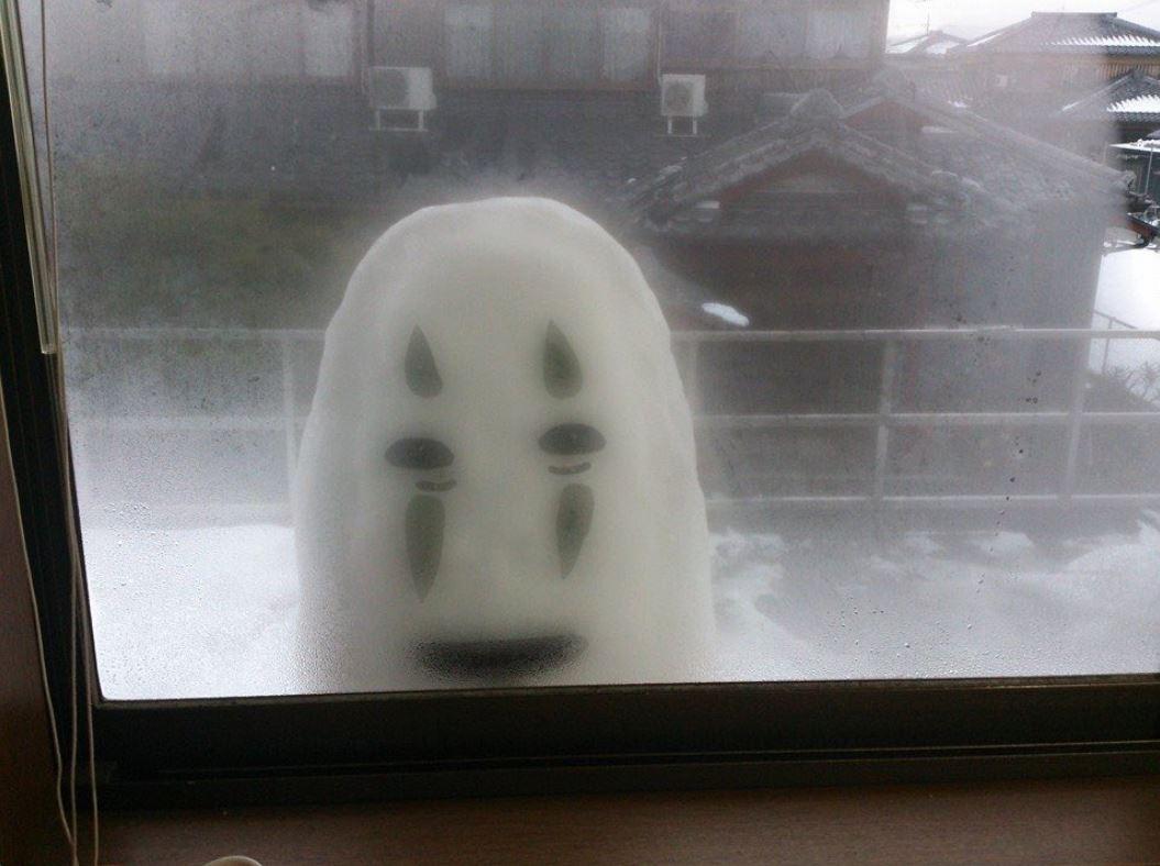 他精心曡出「無臉男雪人」放在窗外當驚喜 隔天親媽「失控尖叫」叫醒全家!