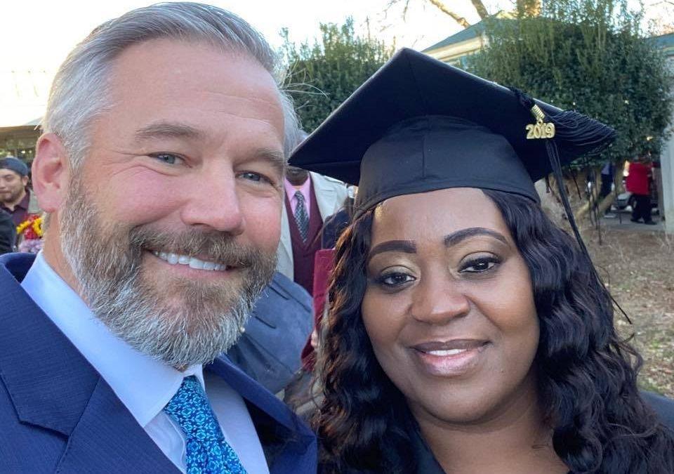 女大生「兼職司機」跟乘客抱怨生活 幾天後對方竟「幫還債務」讓她順利畢業!