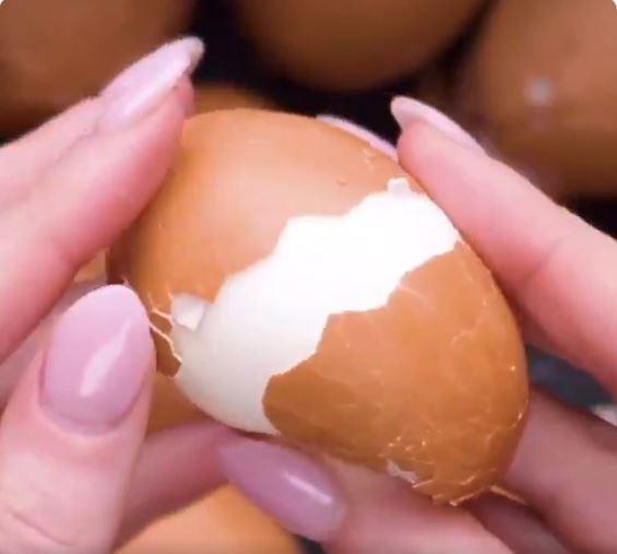 影/網瘋傳「3秒剝蛋殼」不用敲就裂開 揭開秘訣竟只是「一片水果」!