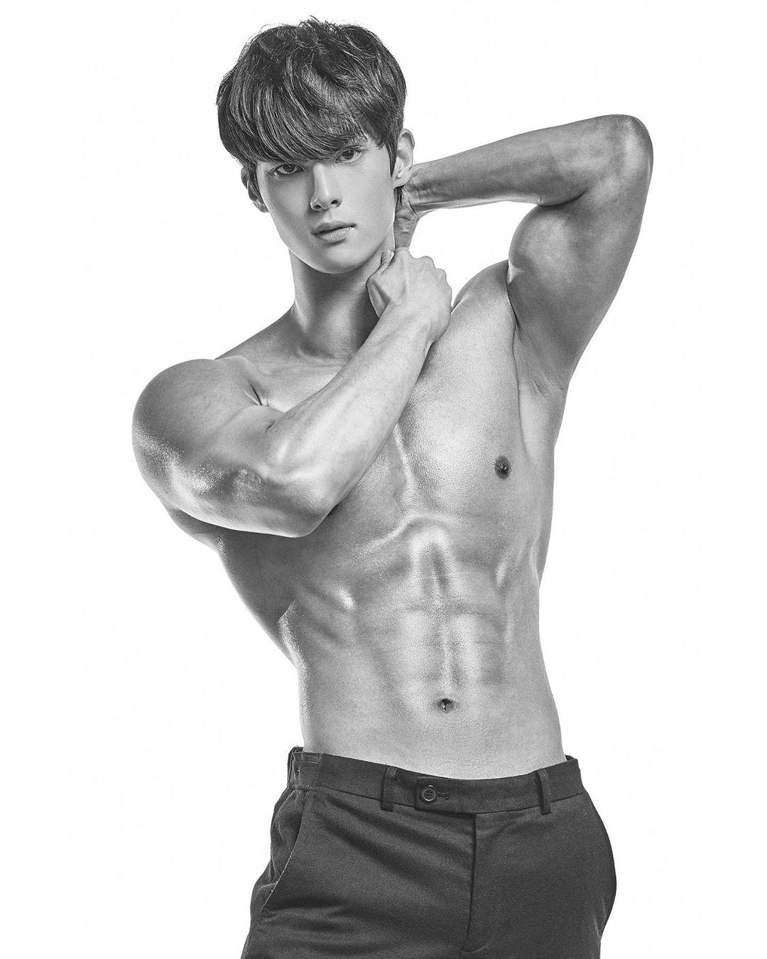 韓國歐巴「直播唸書」帥到狂吸42萬粉 他曬「古銅肌肉照」所有人都尖叫!