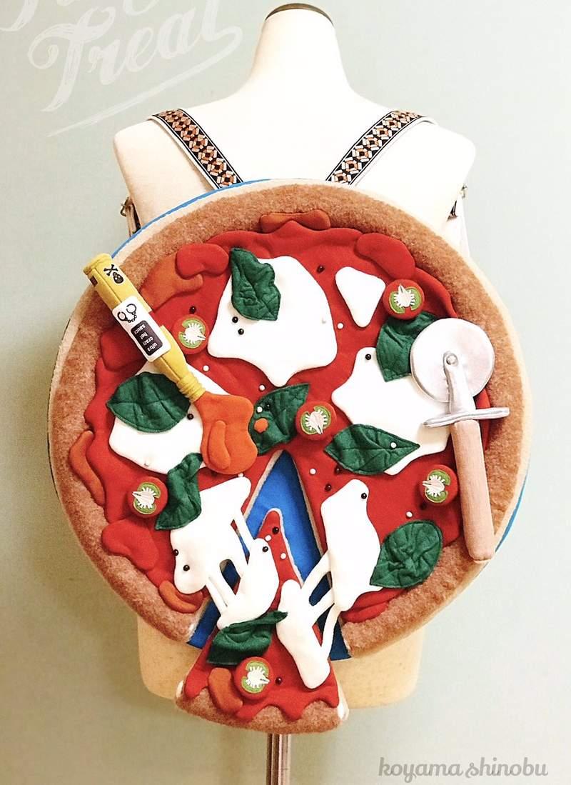 藝術家做出「巨型食物包」超吸睛 一整個「大披薩」揹出門變全場焦點!