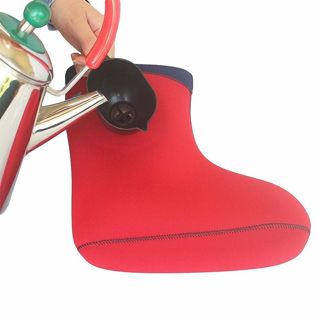 手腳冰冷必備「熱水足湯鞋」沒浴缸也能爽 熱水灌進去「鞋子→行動溫泉」
