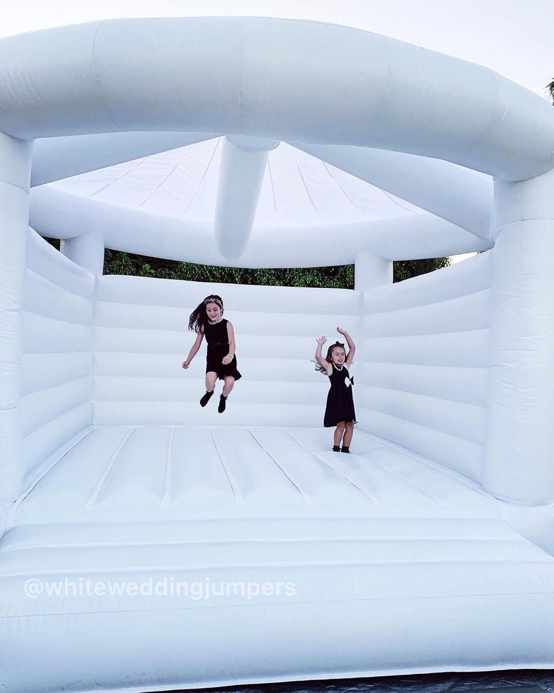 國外創新「氣墊城堡婚禮」爆紅 到場賓客「一起彈跳」畫面超嗨!