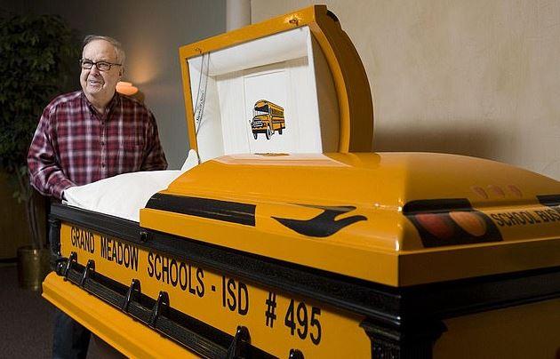載學生上學「超過半世紀」!老司機在「校車裡安息」最後一站是天堂