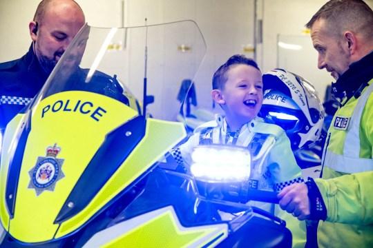 7歲病童「想當警察」暖警帶他「1日員警訓練」採指紋戴手銬全都體驗!