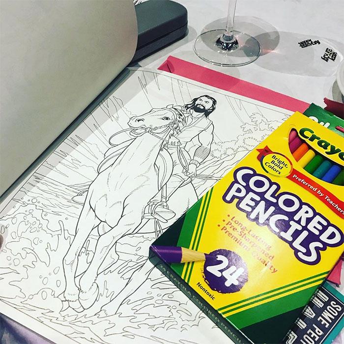 媽媽的療癒遊戲「帥哥著色本」!幫水行俠「腹肌上色」還有基努里維版本