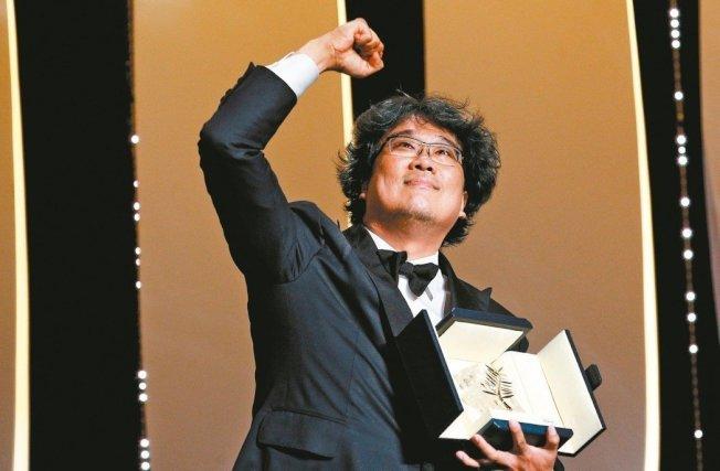 奧斯卡《寄生上流》拿獎拿到手軟 奉俊鎬「出面道歉」:我們對不起雕刻師!