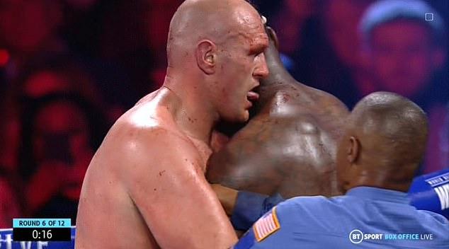 拳王比賽中「偷舔對手」被鏡頭抓包 鐵粉也傻眼:太興奮?