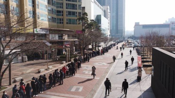 南韓疫情爆發!民眾瘋搶口罩 大邱「恐怖排隊人龍」2小時掃48萬副