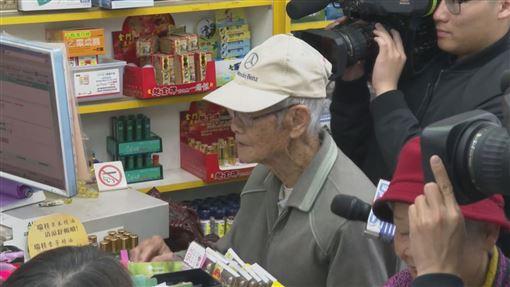 口罩實名制上路!他7點排隊卻「讓號碼給97歲老翁」暖回:他比我更需要