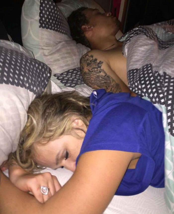 回家發現「愛人跟別人」睡床上 他徹底心碎只好「一起自拍」
