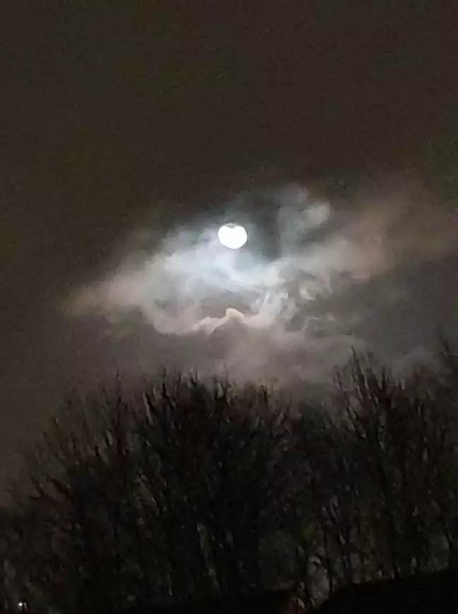 網友無意間拍到「老天爺的眼睛」 風暴圍繞滿月「湛藍眼珠」太震撼!
