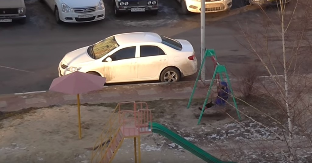 俄羅斯媽「從4樓放長繩」幫小孩蕩鞦韆 曝光「荒謬理由」網傻眼:媽媽太懶惰!