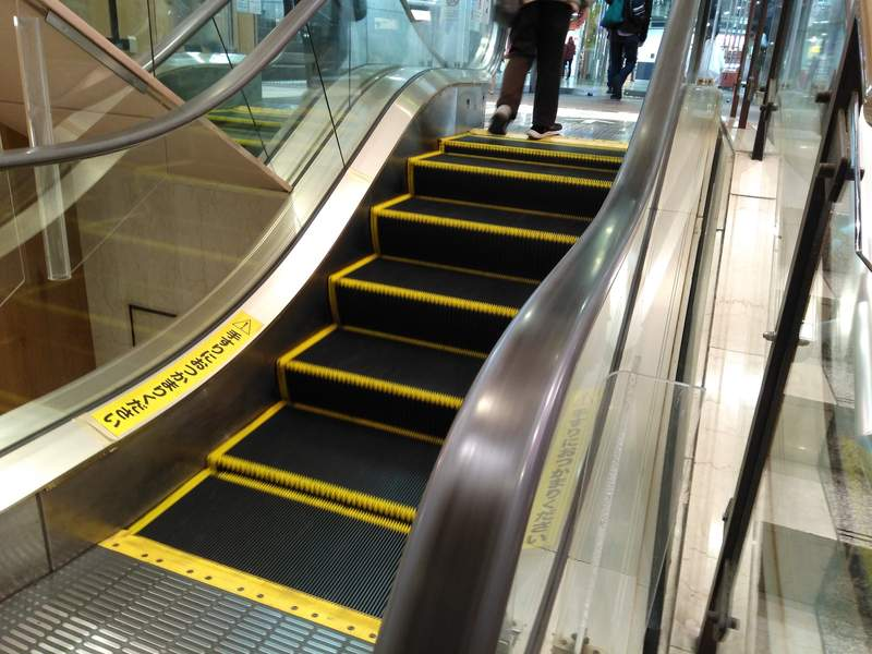 推特瘋傳「史上最短手扶梯」只有2階 網友到現場笑翻:一定會看錯!